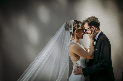 Fotografo Orta Nova sposi in giardino